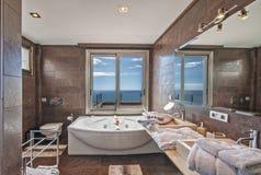 Cuarto de baño en el chalet moderno Imagen de archivo