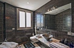 Cuarto de baño en el chalet moderno Fotos de archivo