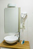 Cuarto de baño en el hotel con todos los accesorios necesarios del cuarto de baño para el turista Foto de archivo libre de regalías