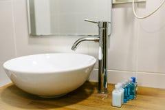 Cuarto de baño en el hotel con todos los accesorios necesarios del cuarto de baño para el turista Fotos de archivo