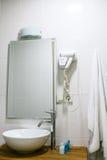 Cuarto de baño en el hotel con todos los accesorios necesarios del cuarto de baño para el turista Fotografía de archivo libre de regalías