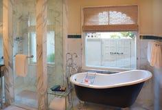 Cuarto de baño en el hotel de Oberoi Udaivilas Imagen de archivo