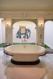 Cuarto de baño en la habitación de hotel de Oberoi Udaivilas Imagen de archivo libre de regalías