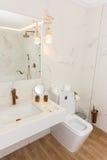 Cuarto de baño en un balneario del hotel de apartamento del tres-cuarto en el pueblo de Kranevo, Bulgaria Imagenes de archivo