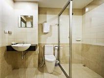 Cuarto de baño en un hotel del presupuesto fotos de archivo libres de regalías