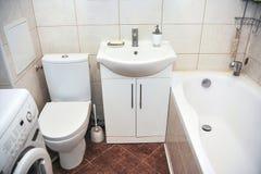 Cuarto de baño en un pequeño apartamento Foto de archivo libre de regalías