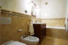 Cuarto de baño en viejo estilo Imágenes de archivo libres de regalías
