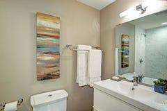 Cuarto de baño de Ensuite con vanidad del cuarto de baño y un retrete fotos de archivo libres de regalías