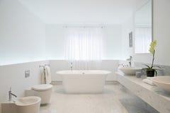 Cuarto de baño espacioso y elegante fotos de archivo