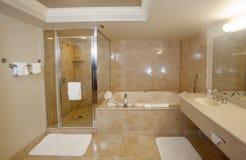 Cuarto de baño exclusivo grande Fotos de archivo libres de regalías