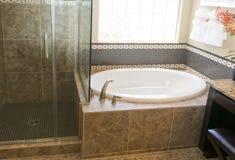 Cuarto de baño exclusivo y ducha Fotografía de archivo libre de regalías