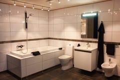 Cuarto de baño grande hermoso en nuevo hogar de lujo imagen de archivo libre de regalías