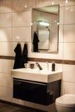 Cuarto de baño grande hermoso en nuevo hogar de lujo imágenes de archivo libres de regalías
