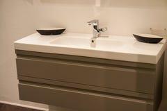 Cuarto de baño grande hermoso en nuevo hogar de lujo fotos de archivo