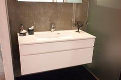 Cuarto de baño grande hermoso en nuevo hogar de lujo fotos de archivo libres de regalías