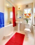 Cuarto de baño hermoso blanco y rojo moderno. imagen de archivo