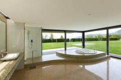 Cuarto de baño hermoso con el Jacuzzi Fotos de archivo