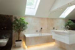 Cuarto de baño iluminado en nueva casa Imagen de archivo