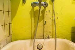 Cuarto de baño lamentable viejo con el mezclador Repare se requiere stock de ilustración