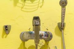 Cuarto de baño lamentable viejo con el mezclador Repare se requiere ilustración del vector