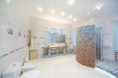 Cuarto de baño ligero y limpio con el retrete, bidé, cabina de la ducha Imagen de archivo
