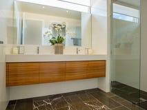 Cuarto de baño moderno foto de archivo
