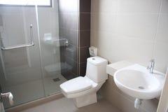 Cuarto de baño moderno \ Foto de archivo libre de regalías