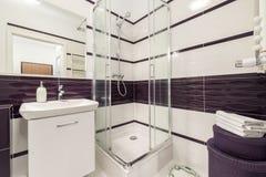 Cuarto de baño moderno con el cubículo de la ducha imagenes de archivo