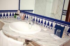 Cuarto de baño moderno con el fregadero y el espejo fotos de archivo libres de regalías