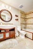 Cuarto de baño moderno con el gabinete hermoso de la vanidad fotos de archivo