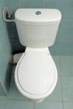 Cuarto de baño moderno con el watercloset Foto de archivo libre de regalías
