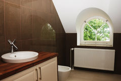 Cuarto de baño moderno con la ventana fotos de archivo