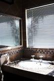 Cuarto de baño moderno con las persianas encendido Fotografía de archivo libre de regalías