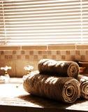 Cuarto de baño moderno con las persianas encendido Foto de archivo