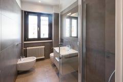 Cuarto de baño moderno con las tejas grandes foto de archivo libre de regalías