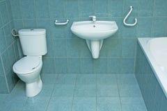 Cuarto de baño moderno con los azulejos de suelo verdes Fotos de archivo libres de regalías