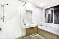 Cuarto de baño moderno con un grifo, una tina de agua y baldosas Foto de archivo