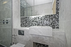 Cuarto de baño moderno de la en-habitación Fotos de archivo