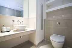 Cuarto de baño moderno de la en-habitación imágenes de archivo libres de regalías