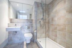 Cuarto de baño moderno de la habitación del en con la ducha grande imágenes de archivo libres de regalías