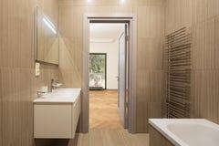 Cuarto de baño moderno del balneario imagen de archivo