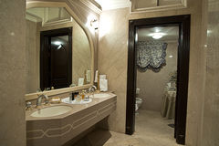 Cuarto de baño moderno del biege Imagen de archivo libre de regalías