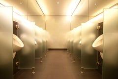 Cuarto de baño moderno del club del mens fotografía de archivo
