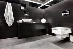 Cuarto de baño moderno del estilo del minimalism foto de archivo libre de regalías
