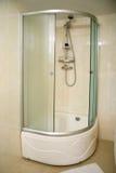 Cuarto de baño moderno del hotel Fotos de archivo libres de regalías