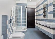 Cuarto de baño moderno en azul con el cubículo de la ducha Foto de archivo