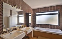 Cuarto de baño moderno en chalet de lujo Foto de archivo libre de regalías