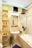 Cuarto de baño moderno en colores amarillos y azules Imágenes de archivo libres de regalías