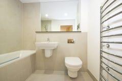 Cuarto de baño moderno en-suie en amarillento Fotografía de archivo