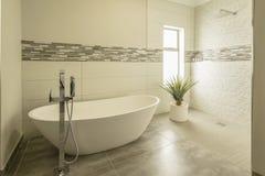 Cuarto de baño moderno hermoso en luz del sol de la mañana Foto de archivo libre de regalías